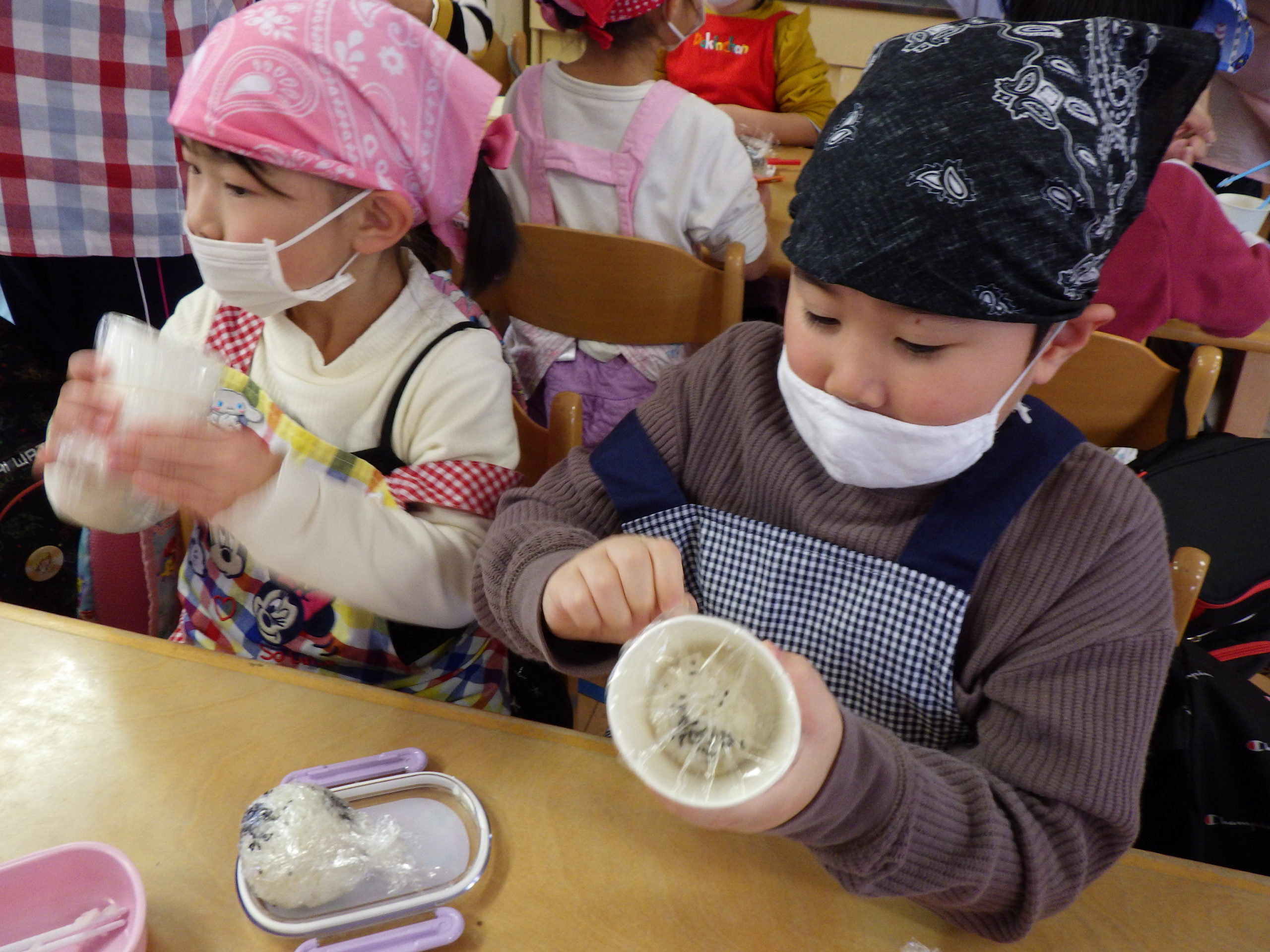 シャカシャカおにぎり作り🍙 新穂トキっ子保育園 【そら組5歳児】