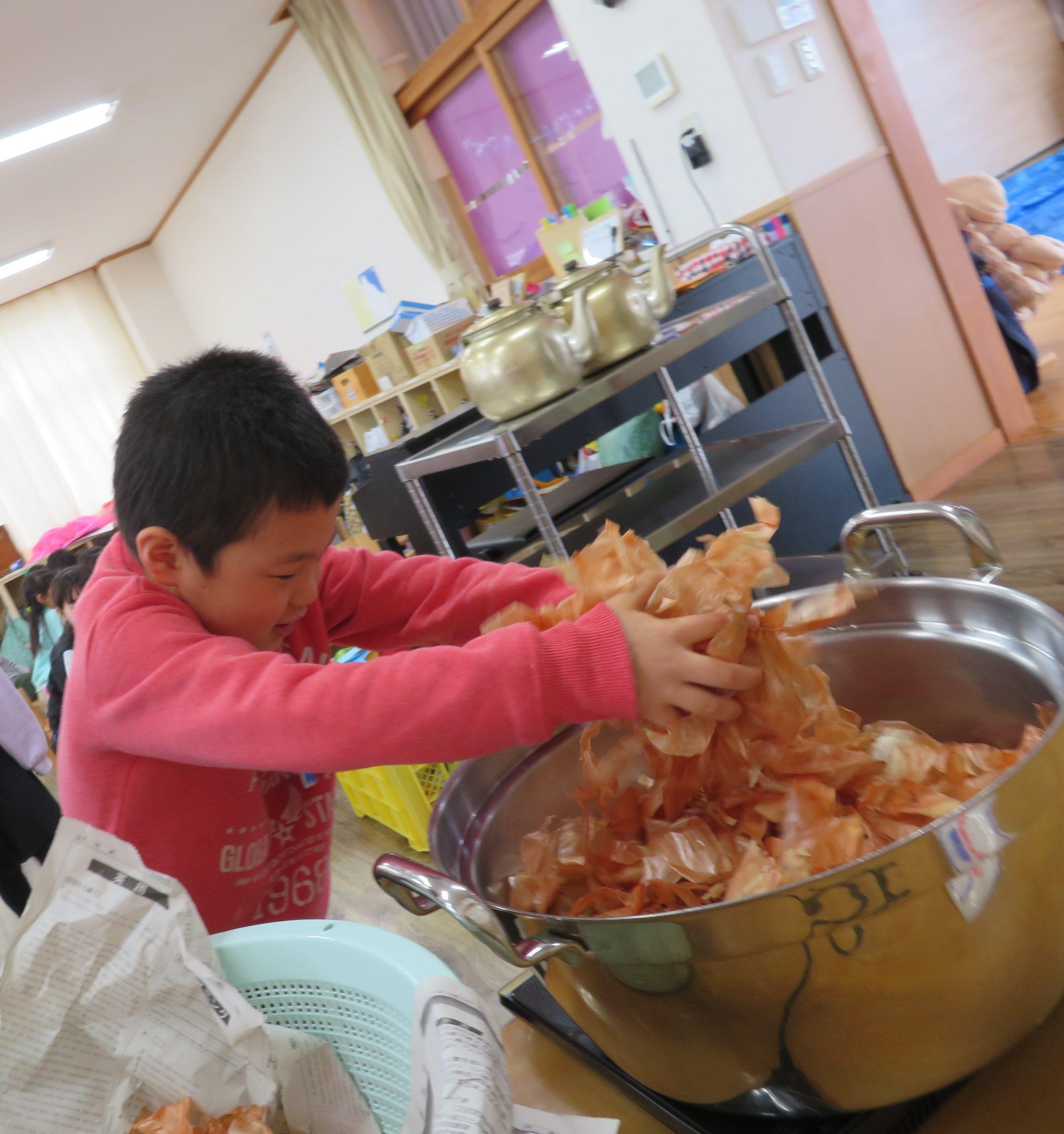 😊遊コスモス小新保育園 「🧅5歳児 Onion dye part❶」