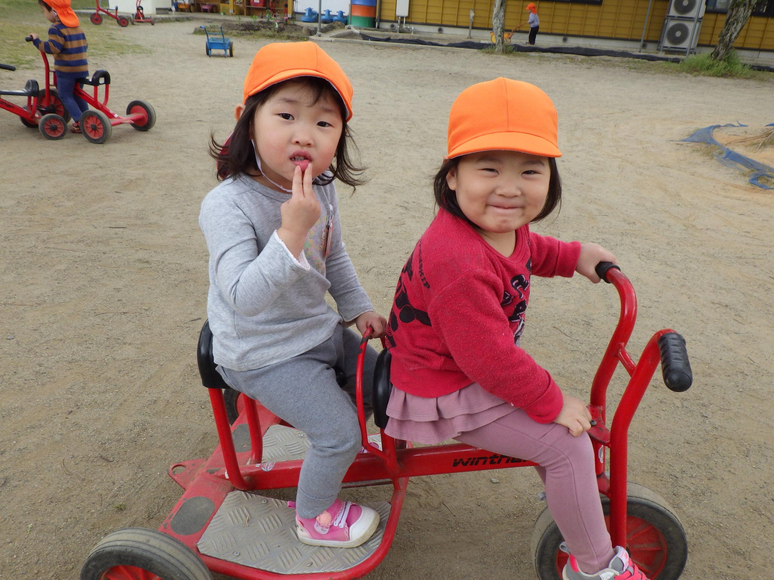 中庭遊び大好き【新穂トキっ子保育園 2歳児にじ組】