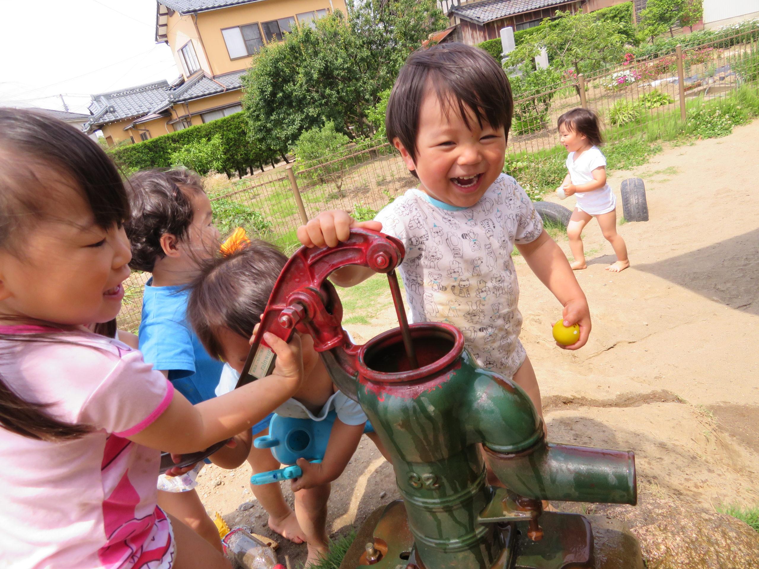 😊遊コスモス小新保育園「2歳児🌞泥んこ遊び」